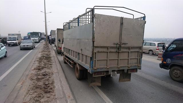 Theo tài xế Bình, xe tải này đã đâm mạnh vào đuôi xe taxi khiến chiếc xe lao cực mạnh vào đuôi xe tải phía trước.