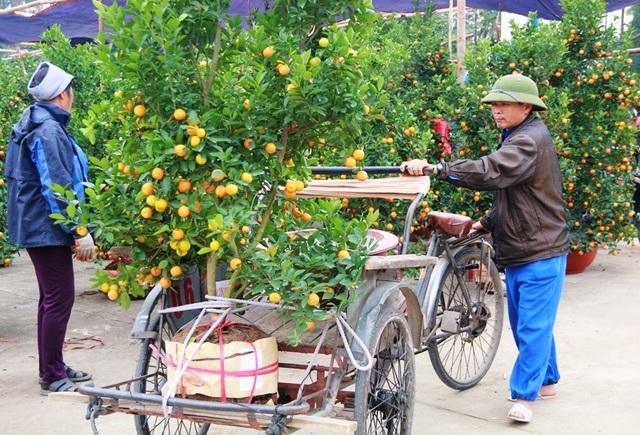 Nhu cầu mua sắm của người dân dịp cận Tết tăng cao nên những người làm nghề chở hàng thuê lúc nào cũng đắt khách.