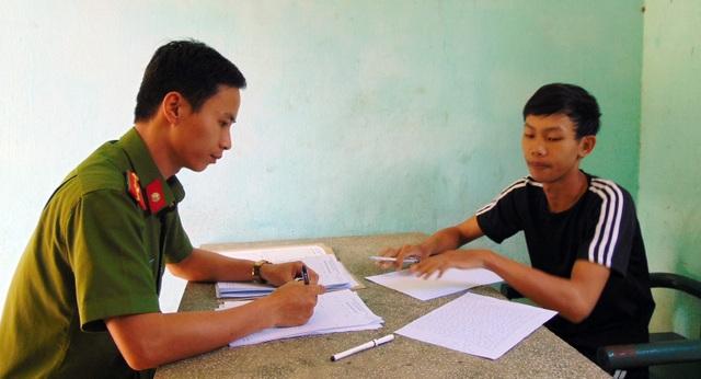 Hứa Đại Hoàng và Lê Văn Bình tại cơ quan công an