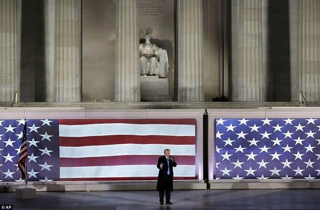 Ông Donald Trump đứng trước đài tưởng niệm Lincoln Memorial thực hiện bài phát biểu trước thềm lễ nhậm chức.