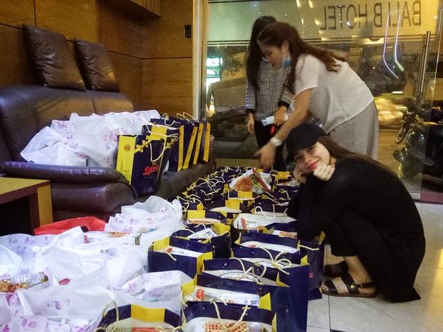 Hồ Ngọc Hà hào hứng khi cùng ê-kíp chuẩn bị quà cho chương trình từ thiện lần này. Nữ ca sĩ cũng chọn trang phục đơn giản với nón kết mà giày xăng-đan
