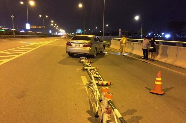 Hiện trường xe ô tô đâm vào dải phân cách thép rồi lao vào làn đường xe máy trên cao tốc HLD.