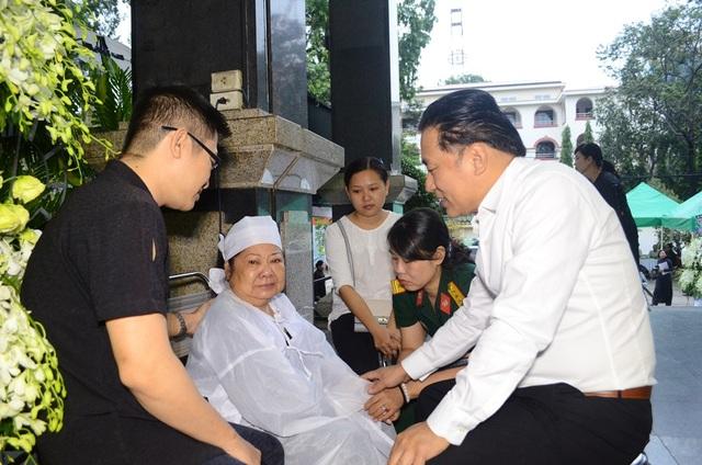 NSƯT Tạ Minh Tâm an ủi và chia buồn cùng vợ nhạc sĩ Ca Lê Thuần. Những ngày qua, dù sức khỏe không được tốt nhưng bà vẫn luôn túc trực trong tang lễ của chồng.