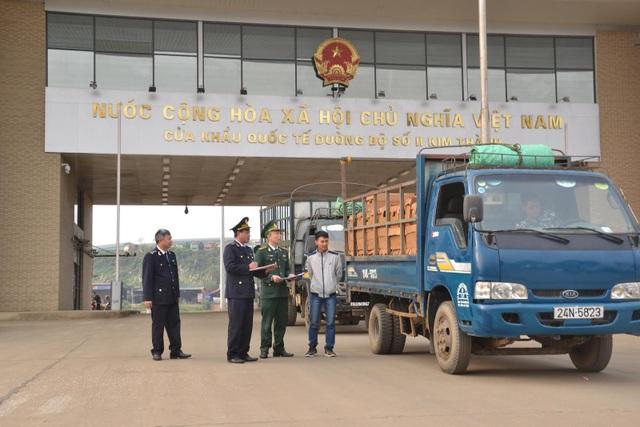 Làm thủ tục thông quan cho xe vận chuyển tôm hùm xuất khẩu sang thị trường tây nam Trung Quốc qua cửa khẩu Kim Thành (Lào Cai).