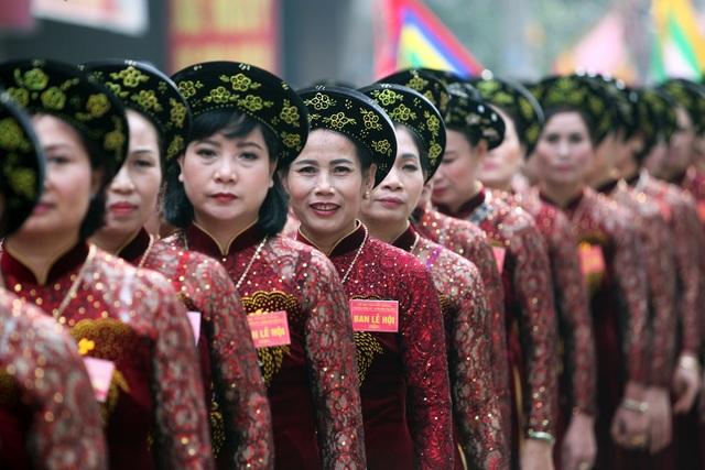 Hội rước pháo Đồng Kỵ nổi tiếng bởi tính đặc sắc đậm chất truyền thống Kinh Bắc và là lễ hội mở màn cho mùa lễ hội truyền thống ở miền Bắc vào dịp tháng Giêng hàng năm. Trong ảnh là các bà đám trong đoàn rước, là những người phụ nữ tròn 51 tuổi trong làng Đồng Kỵ.
