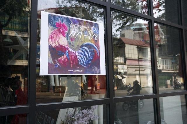 Một thông báo lịch nghỉ tết tại một cửa hàng trên phố Tràng Thi với hình ảnh chú gà trống nổi bật.