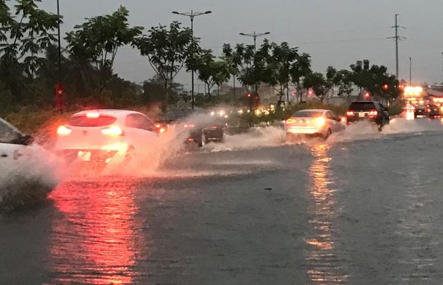 Nước ngập trên đại lộ Phạm Văn Đồng