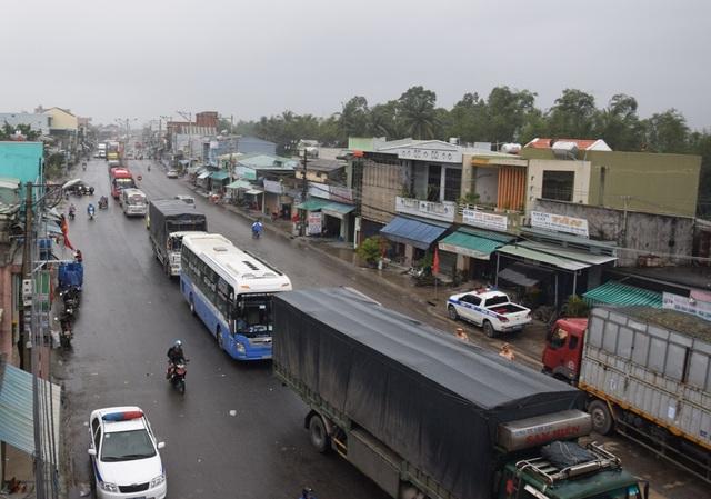 Nhiều xe khách, ô tô nối đuôi dài hàng chục km ở hai đầu cầu An Tân, thị trấn Núi Thành