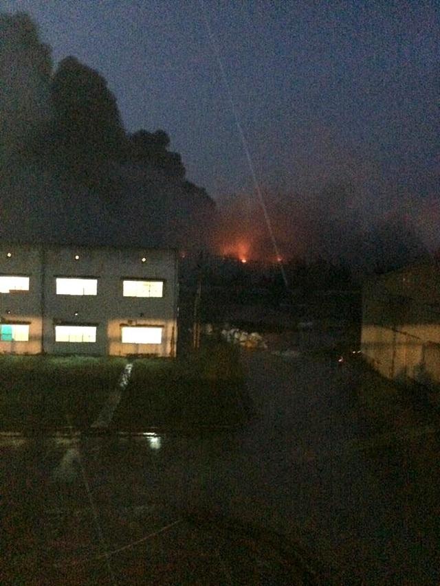 Hình ảnh vụ cháy ở nhà máy sản xuất xe buýt tại Chu Lai. (Ảnh do bạn đọc cung cấp)