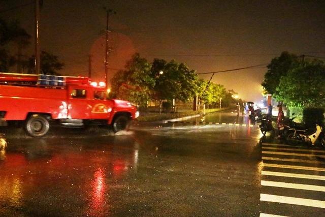 Hiện trường lực lượng Cảnh sát PCCC đang tiến hành dập lửa vào tối qua (2/2)