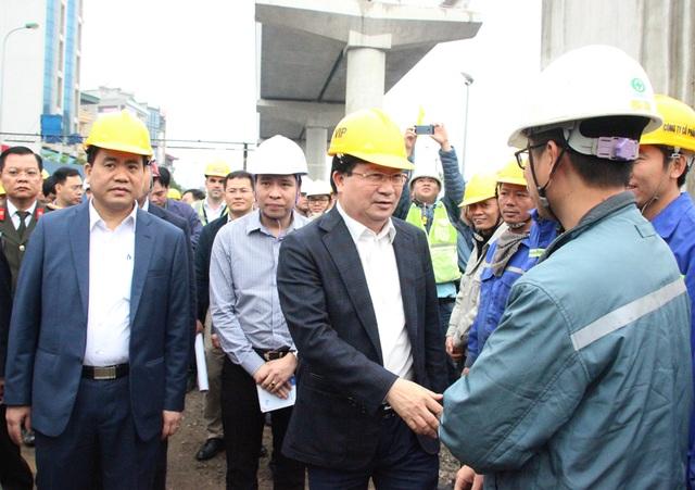 Phó Thủ tướng Trịnh Đình Dũng bắt tay thăm hỏi công nhân tại công trường xây dựng nhà ga số 2 của Dự án tuyến đường sắt số 3 (Nhổn - Ga Hà Nội).