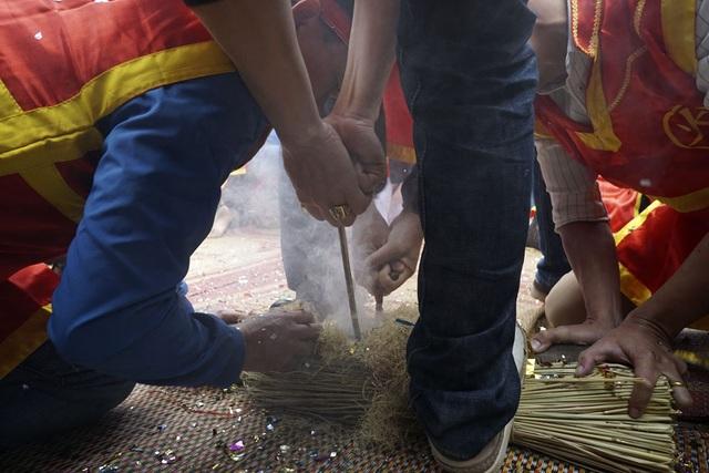 Sau phần nghi lễ trang trọng tại đình làng, bốn nhóm bắt đầu kéo lửa bằng những công cụ cổ xưa để chuẩn bị thổi cơm thi. Đây là phần vô cùng quan trọng trong lễ hội bắt nguồn từ nền văn minh của loài người khi tìm ra lửa.