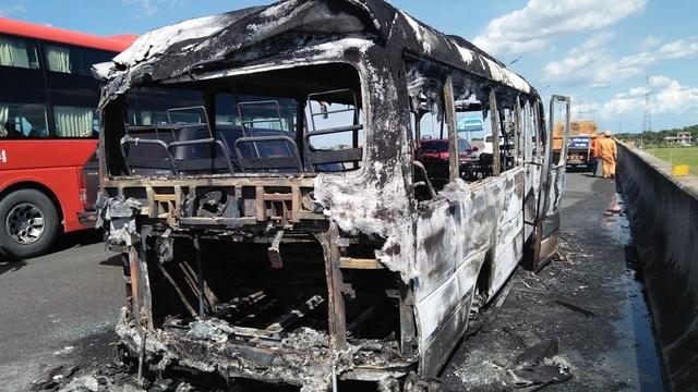 Chiếc xe cháy rụi tại hiện trường