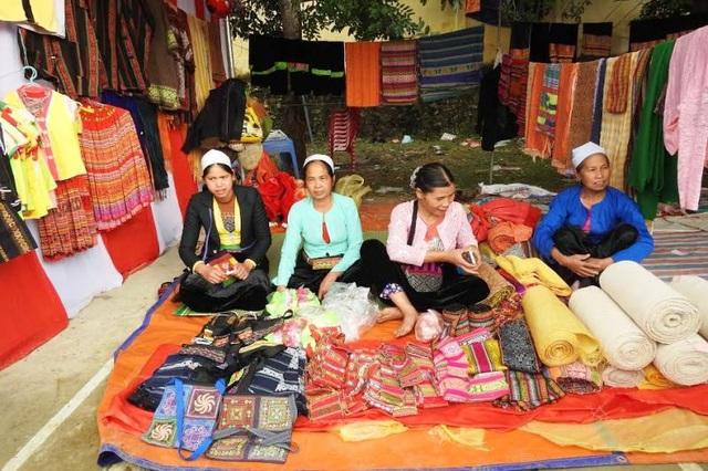 Các mặt hàng thổ cẩm đặc sắc cũng được bày bán tại lễ hội tạo thêm không gian văn hóa sinh động cho lễ hội.