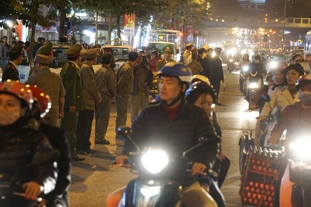 Lực lượng chức năng được huy động khá đông để giữ trật tự, tạo điều kiện cho người dân làm lễ.