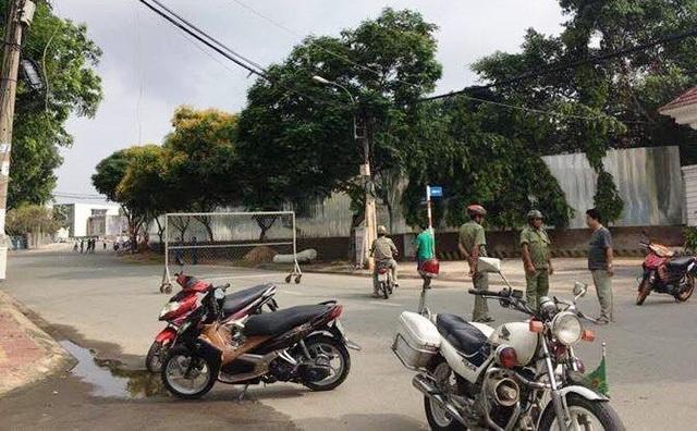 Cơ quan chức năng phong toả hiện trường vụ nghi án 2 cụ ông tự thiêu trên cầu Ông Hoá.