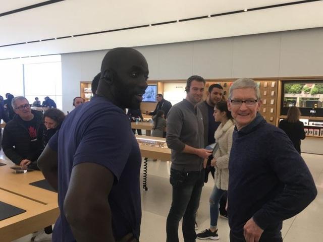 Sự xuất hiện của Tim Cook khiến không chỉ đám đông mua sắm mà cả các nhân viên của Apple đều vô cùng bất ngờ. (Ảnh: Twitter)