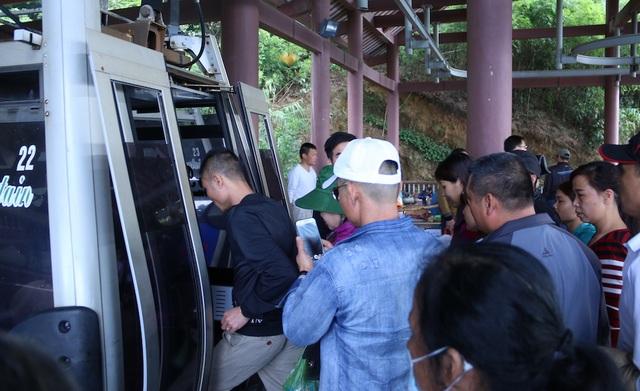 Hệ thống cáp treo hoạt động liên tục để phục vụ Phật tử và người dân hành hương. Số lượng du khách không quá đông nên không xảy ra hiện tượng chen lấn.