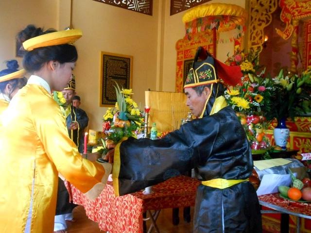 Dâng hương, hoa, trà… lên Bà Chiêm Sơn