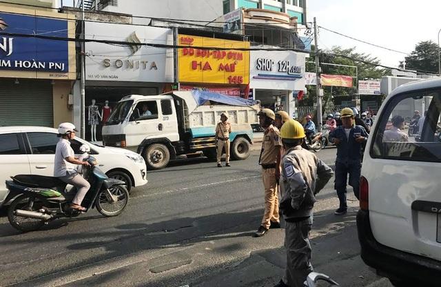 Truy tìm xe tải tông gãy trụ điện rồi bỏ chạy - 2