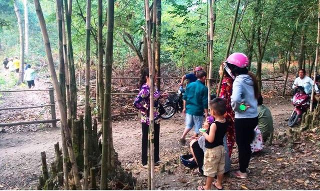 Sự việc thu hút rất đông người dân thị trấn Kiên Lương đến xem (ảnh từ Facebook Hoi Kiên Lương)
