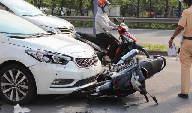 4 chiếc xe máy bị tông hàng loạt, trong đó có 1 phương tiện bị kéo lê nhiều mét. Nhiều nạn nhân trọng thương.