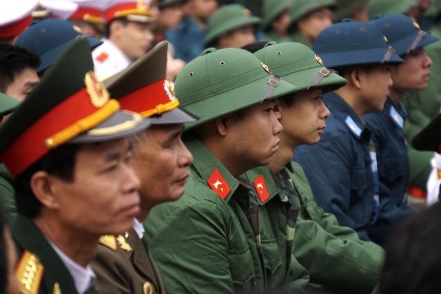 Các thế hệ cán bộ chiến sỹ, cựu chiến binh tại buổi lễ giao nhận quân. 2017 là năm đầu tiên quận Đống Đa thực hành tổ chức giao nhận quân cùng một ngày cho các đơn vị thuộc quân đội và công an.