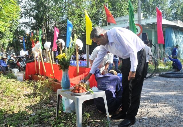 Ông Hồ Thanh Phương - Chủ tịch UBND huyện Lai Vung đến dự lễ khởi công từ rất sớm, kiểm tra công tác chuẩn bị khởi công cầu Dân trí