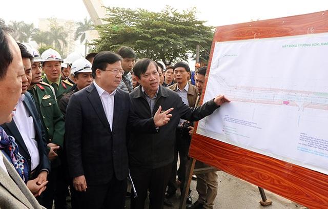 Phó Thủ tướng Trịnh Đình Dũng kiểm tra tiến độ mở rộng đường vành đai 3 ở Hà Nội