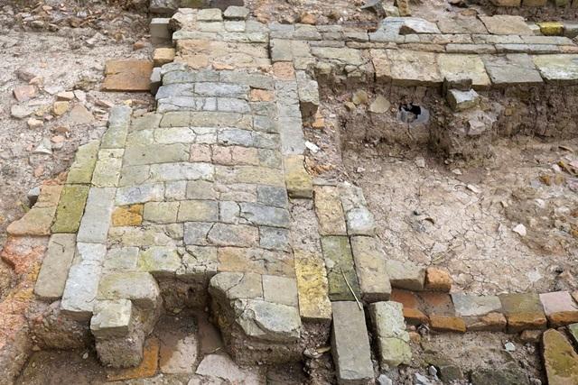Dấu tích đường đi thời Lê Trung Hưng (thế kỷ 17 - 18) xuất lộ phía Nam khu vực khai quật dài 5m, rộng 1,3m. Mặt đường lát gạch vồ màu xám, nhô cao ở giữa, vát dần đều sang 2 bên. Góc đường xây gạch cắt vát góc tạo tính mỹ quan cho công trình.