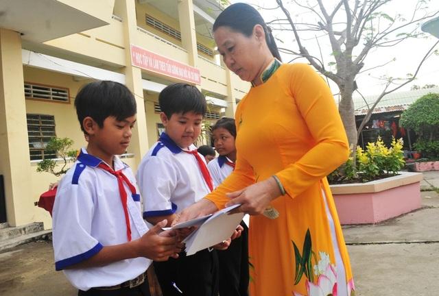 Cô Đặng Thị Mỹ Trang – Hiệu trưởng trường THCS Vĩnh Bình Nam 1 trao học bổng của Công ty Grobest Việt Nam cho các em học sinh nhà trường