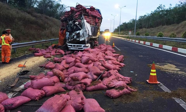 Hiện trường vụ tai nạn xe tải tông xe đầu kéo container trên cao tốc HLD làm 2 người trọng thương.