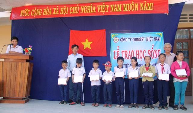 Đại diện Cty Cty TNHH Grobest Việt Nam trao học bổng cho học sinh nghèo của trường tiểu học số 1 Canh Vinh
