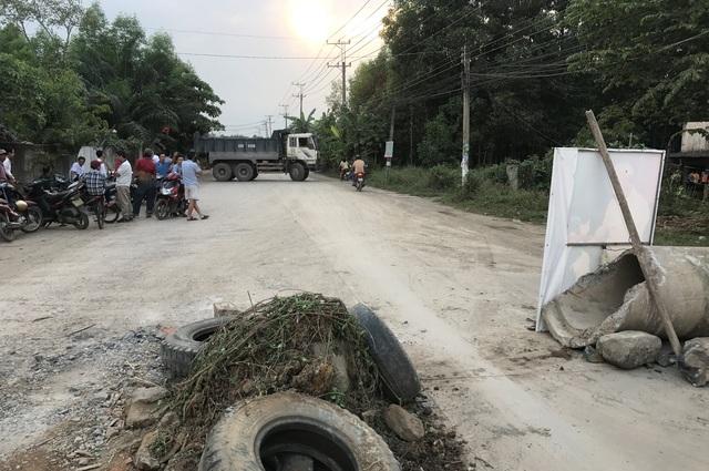 Chiếc xe ben từ QL51 vào mỏ đá Tân Cang chiều 25/2 đã phải quay đầu xe trở ra vì tuyến đường đã bị người dân phong toả.