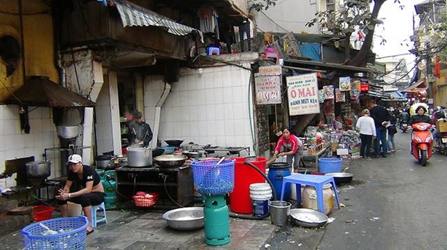 Cả một khu bếp nấu nướng được bày biện lộn xộn, nhếch nhách trên vỉa hè, lòng đường gây mất mỹ quan đô thị