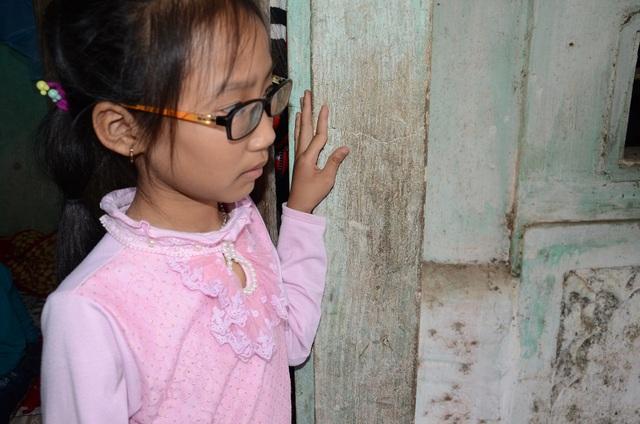 Em gái của Hiệp là em Nguyễn Khánh Ly, 8 tuổi cũng mắc Tim bẩm sinh, em còn bị loạn thị bẩm sinh, thị lực chỉ còn 2/10