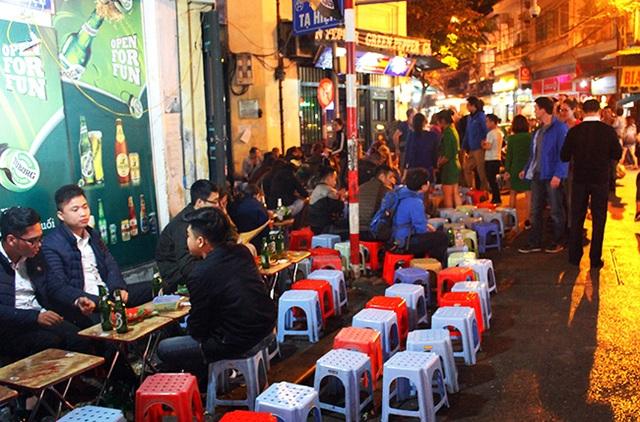 Mọi ngóc ngách của tuyến phố đều được tận dụng làm nơi kinh doanh, buôn bán