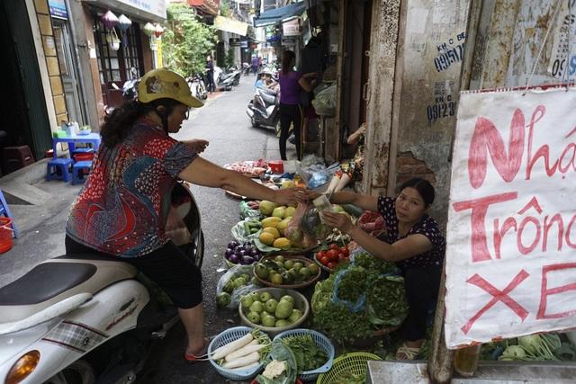 Sự tiện dụng khi người mua chỉ cần dừng xe là có thể mua hàng trên các quầy rau quả thực phẩm len lỏi khắp các ngõ ngách.
