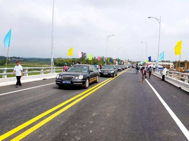 Những chiếc xe đầu tiên lăn bánh qua cầu