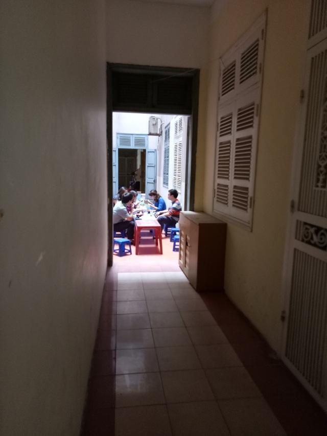 Mọi ngóc ngách trong chung cư đều được tận dụng để kê bàn ghế bán hàng.
