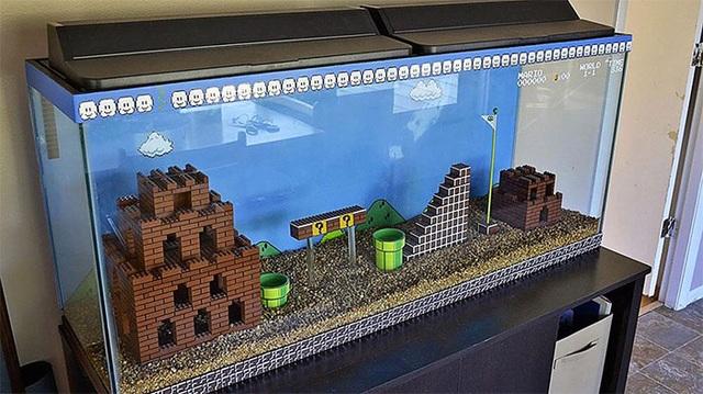 Sử dụng tác phẩm LEGO để trang trí bể cá cảnh để trống.