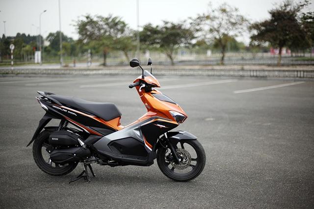 Honda AirBlade có lợi thế về động cơ eSP với hệ thống tự động ngắt động cơ khi xe dừng đèn đỏ; hệ thống đèn Led phong phú (đèn pha, đèn hậu, đèn báo rẽ); hệ thống phanh kết hợp (combi-brake); hệ thống khởi động ACG... Xe hiện có giá bán xuất xưởng 37,9 - 40,9 triệu đồng