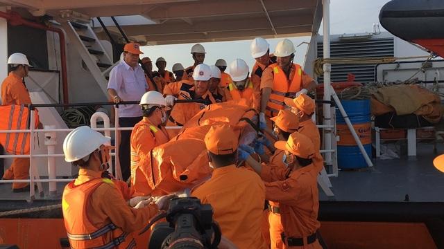 Lực lượng cứu hộ di chuyển thi thể thuyền viên Ninh Văn Quỳnh rời tàu cứu hộ.