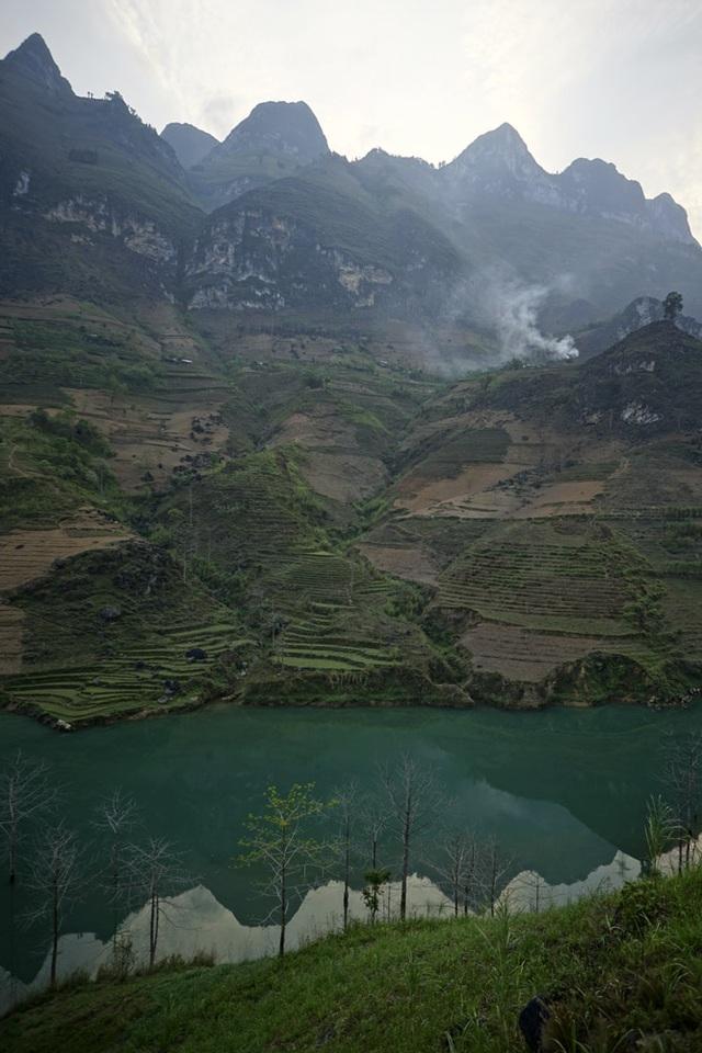 Khi chảy vào địa phận tỉnh Hà Giang, dòng sông chảy qua hàng loạt loại địa hình hiểm trở, với nhiều điểm hai bên là những vách núi dựng đứng cao gần nghìn mét.