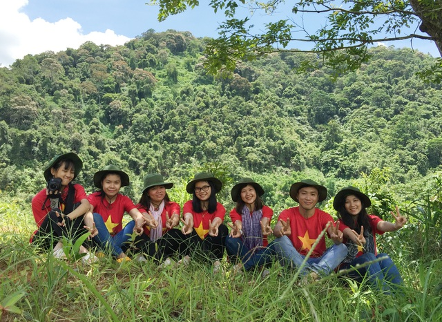 Phương cùng các bạn cùng đội phát triển du lịch trong Chiến dịch Mùa hè xanh ở huyện miền núi Tây Giang
