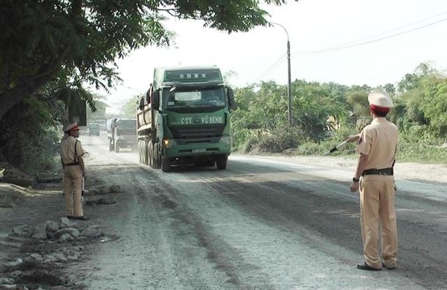 Lực lượng CSGT Ninh Bình dừng các phương tiện để kiểm tra trọng tải trên QL 12B