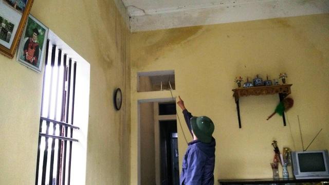 Căn nhà mái bằng xuống cấp nhưng nhiều năm qua gia đình ông Phú không dám sửa chữa.