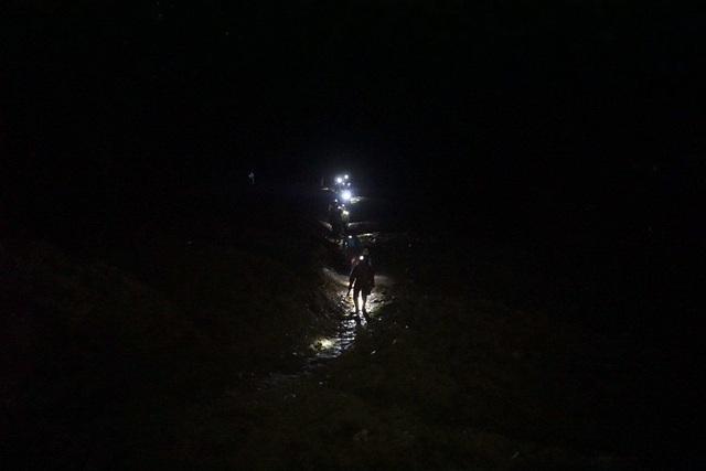 Tận dụng điều này, người dân tộc thiểu số quanh khu vực rủ nhau đi mót quặng vào buổi đêm vì ban ngày đã bị cấm. Để vào được bãi thải (thuộc Công ty CP cơ khí và khoáng sản Hà Giang) phải đi xuống một sườn núi, qua suối, rồi ngược lên vách dựng đứng của bãi thải để mót quặng. Trong ảnh là đoàn người bắt đầu đeo đèn tiến về bãi thải khi màn đêm đổ xuống miền biên ải này.