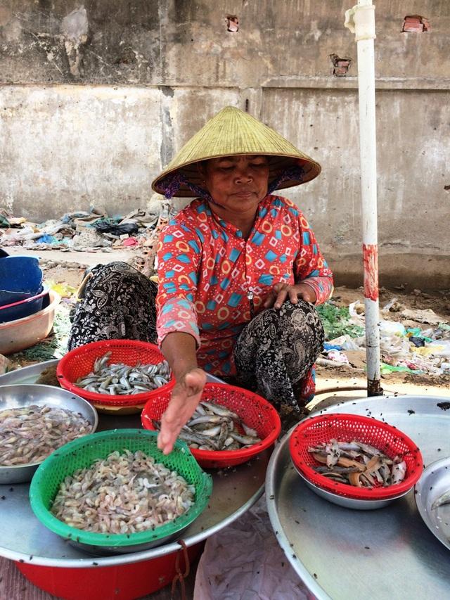 Ruồi bu đen ngòm sạp cá của bà Phan Thị Thơm