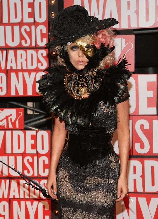 """Năm 2009, Lady Gaga bắt đầu nâng mức độ """"độc, lạ"""" lên. Sự lạ lẫm, kỳ dị đến mức khó tưởng tượng, chính là phong cách Lady Gaga theo đuổi"""
